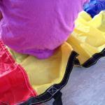 Körperteile und Farben auf dem Schwungtuch</span>