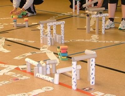 """Straßen- und Häuserbau  <br /><span class=""""second""""> Spielen mit Alltagsmaterial</span>"""
