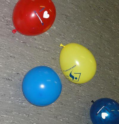 """Gut gebettet  <br /><span class=""""second""""> Kinder spielen mit Luftballons</span>"""