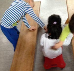 Autowaschanlage, Rollbretter im Kindergarten
