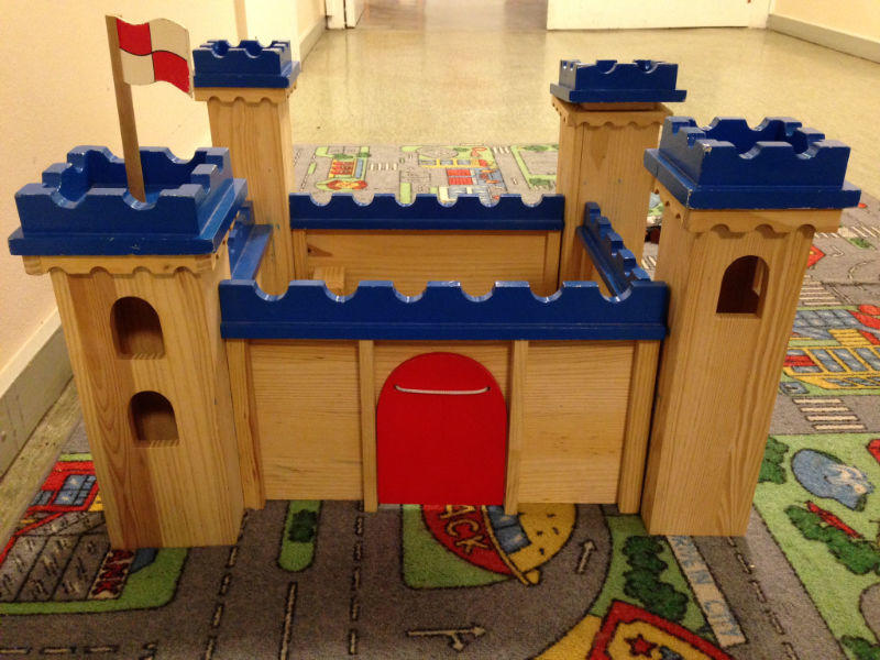 Kinder spielen Ritter