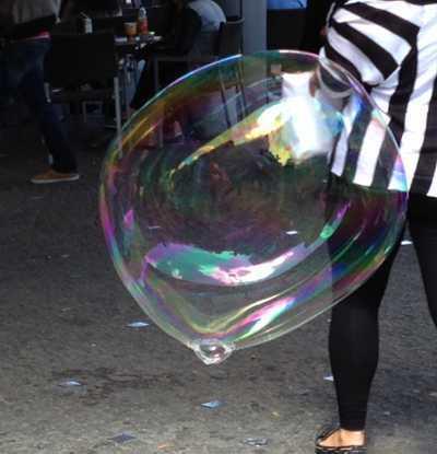 """Seifenblasen – Entspannung  <br /><span class=""""second""""> beobachten und pusten</span>"""