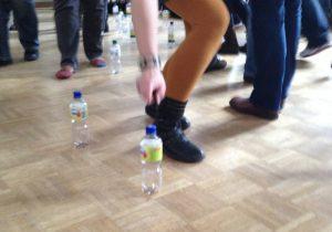 Bewegungsspiele mit Plastikflaschen